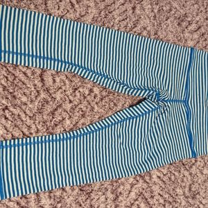 Lululemon crops size 4, blue and white striped